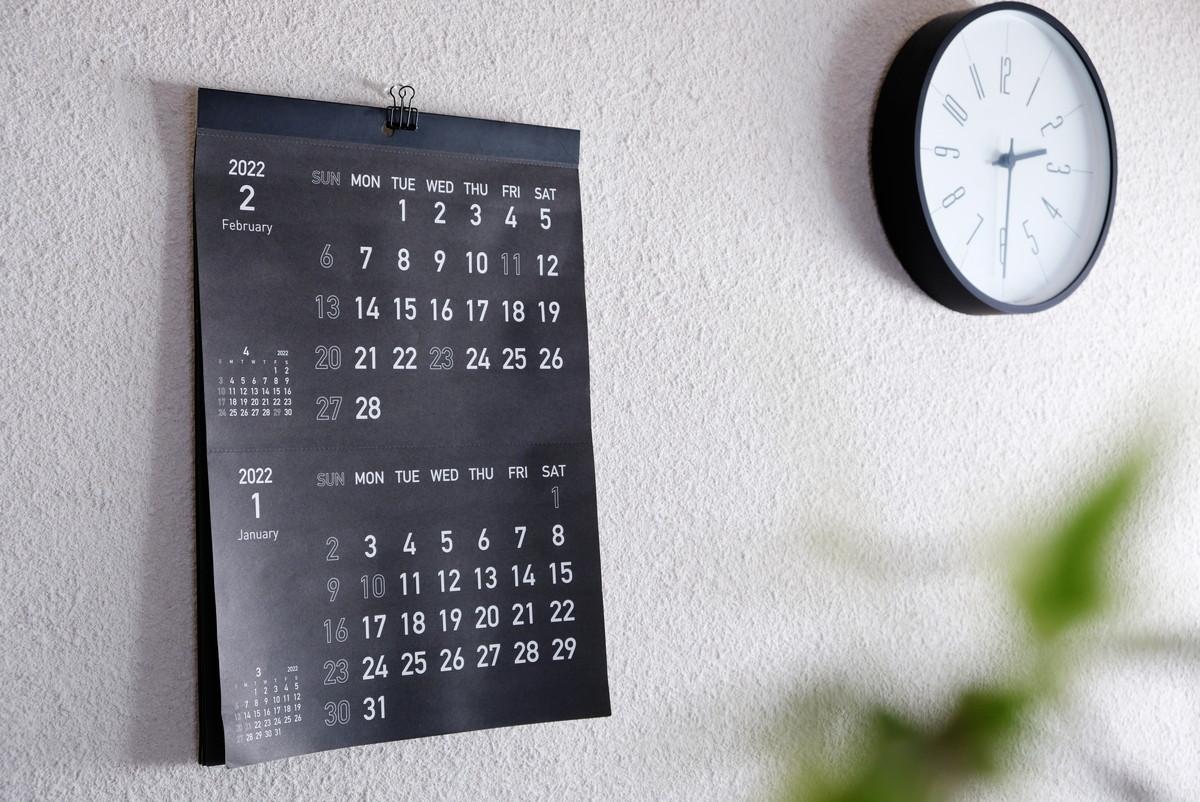 キャンドゥ・カレンダー壁掛け ブラック2ヶ月・2022・寝室①