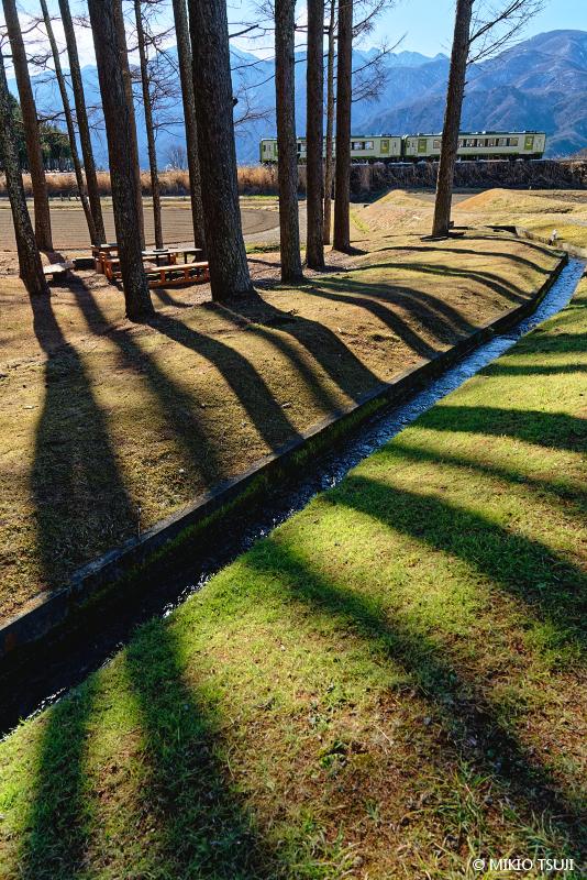 絶景探しの旅 - 絶景写真No.1555 冬の日差しの中を走る小海線 (山梨県 北杜市)