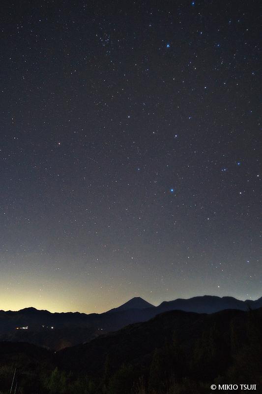 絶景探しの旅 - 絶景写真No.1572 星空のシルエット富士 (山梨県 富士川町)