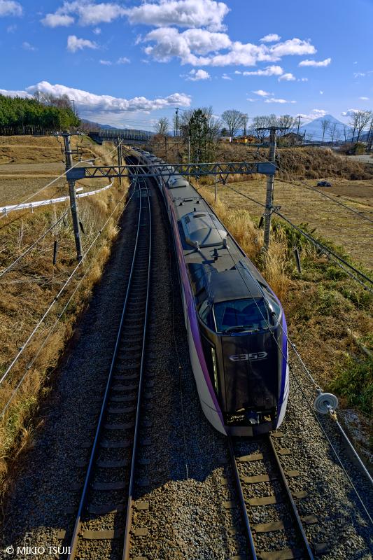 絶景探しの旅 - 絶景写真No.1574 富士山を背に走る特急あずさ (山梨県 北杜市)