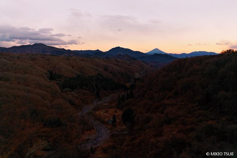 絶景探しの旅 - 絶景写真No.1576 富士山の見える谷 (八ヶ岳高原大橋/山梨県 北杜市)