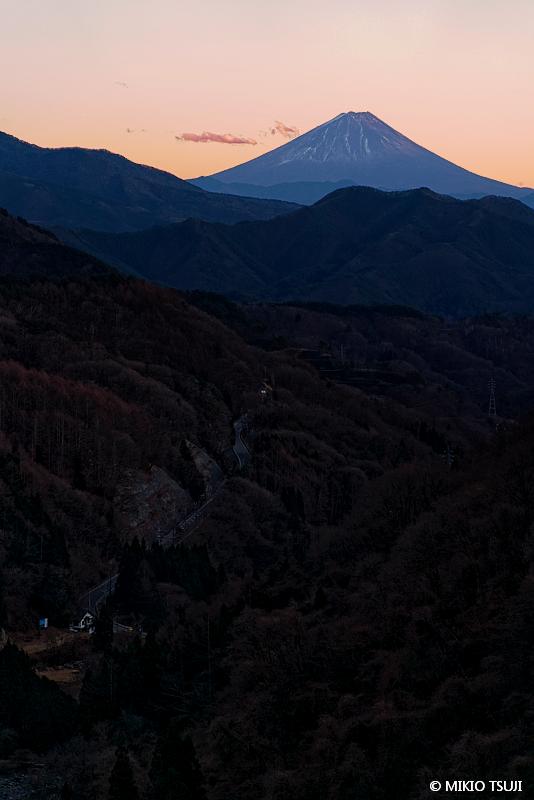 絶景探しの旅 - 絶景写真No.1577 夕暮れに浮き出す富士山 (八ヶ岳高原大橋/山梨県 北杜市)