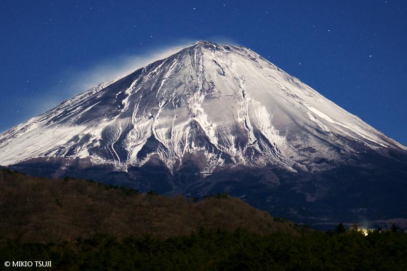 絶景探しの旅 - 絶景写真No.1590 月明かりに照らされる富士山 (西湖/山梨県 富士河口湖町)