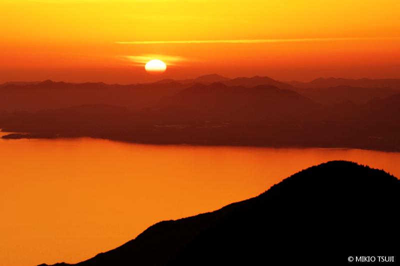 絶景探しの旅 - 絶景写真No.1644 長崎半島に落ちる夕陽 (長崎県 雲仙市)