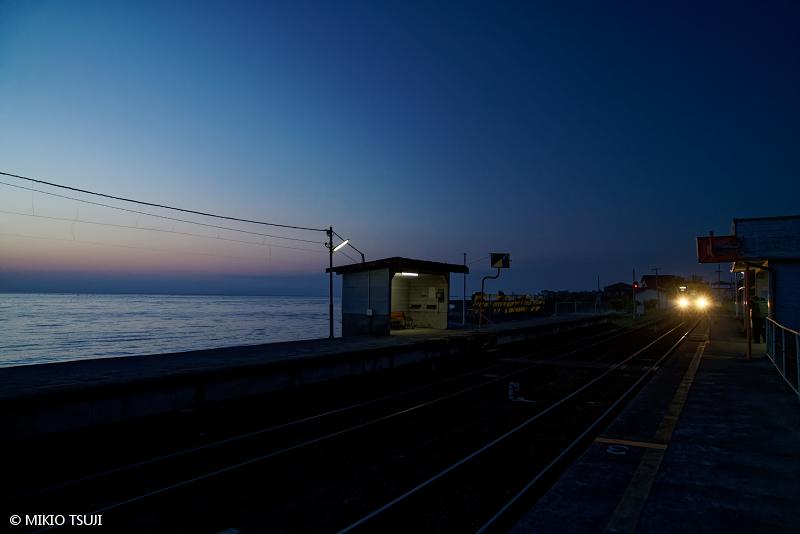 絶景探しの旅 - 絶景写真No1657 大三東駅の一番列車 (長崎県 島原市)